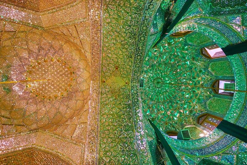 设拉子,伊朗- 2017年10月12日:镜子Imamzadeh阿里Ibn哈姆扎寺庙-两个圆顶霍尔,划分与华丽曲拱和 免版税库存照片