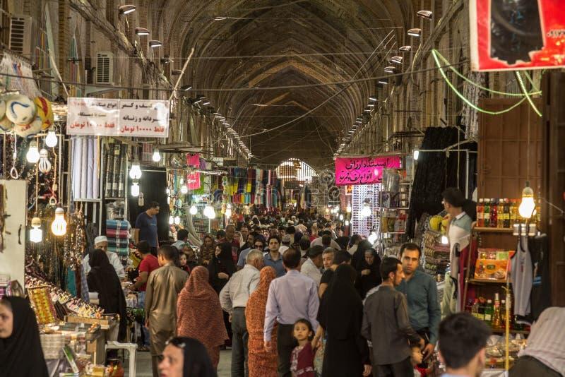 设拉子Vakil市场的主要大厅拥挤了在高峰时间,在市场的一个被盖的胡同 免版税库存照片