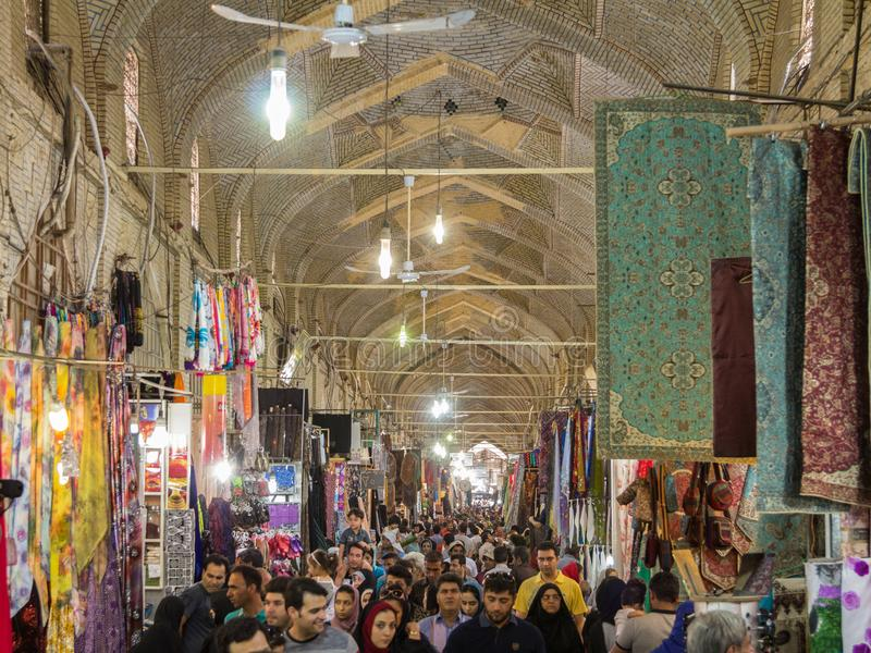 设拉子Vakil市场的主要大厅拥挤了在高峰时间,在市场的一个被盖的胡同 库存照片