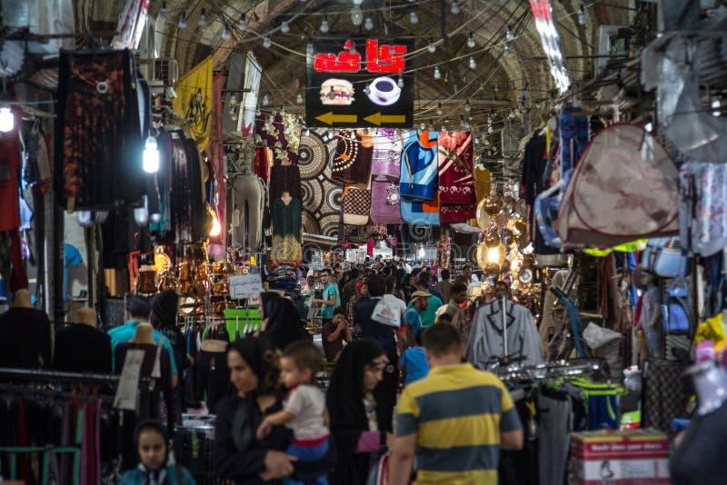 设拉子Vakil市场的主要大厅拥挤了在高峰时间,在市场的一个被盖的胡同 免版税库存图片