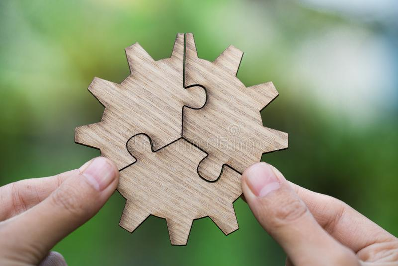 设法两只的手连接夫妇困惑与绿色backg的片断 免版税库存照片