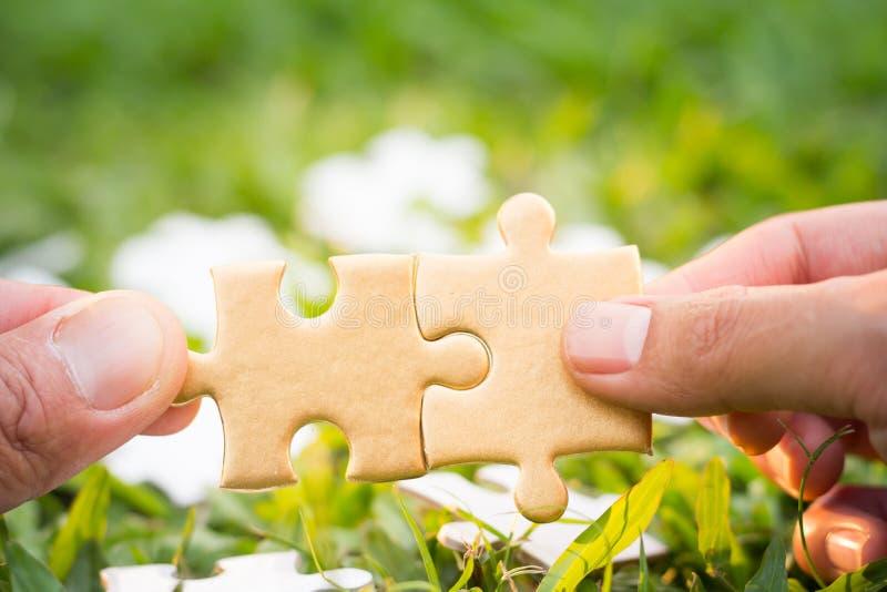 设法两只的手连接夫妇困惑片断, assoc的标志 免版税库存图片