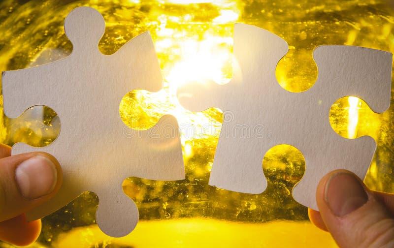 设法两只的手连接夫妇难题片断 免版税库存图片