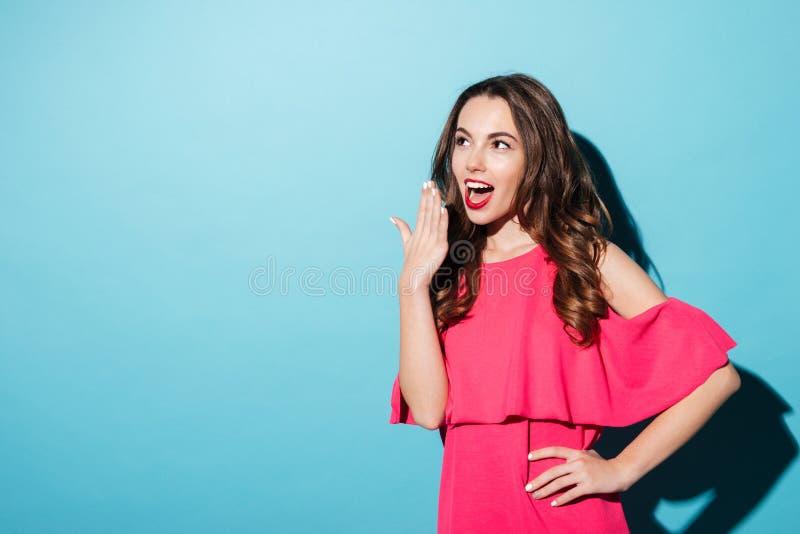 设法激动的俏丽的女孩用手盖她的嘴 免版税库存照片
