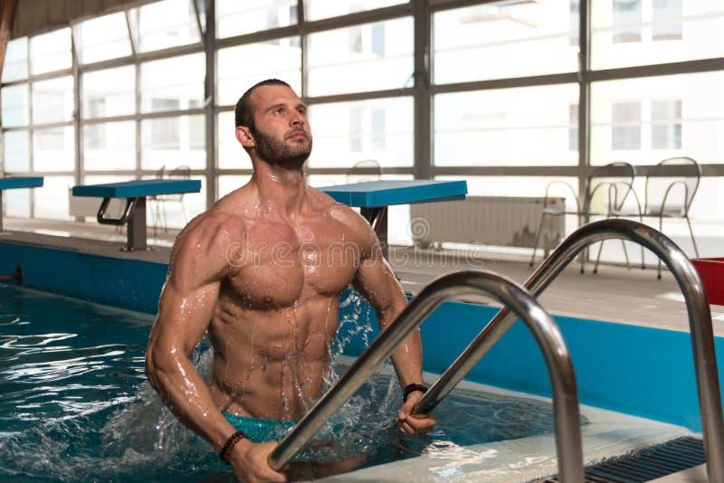 Download 设法的人离开游泳池 库存照片. 图片 包括有 保镖, 男性, 全能, 英俊, 适应, 姿势, 厚片, 世界性 - 62536022