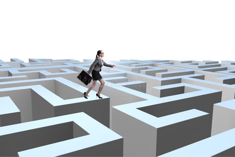 设法的女实业家从迷宫逃脱 库存图片