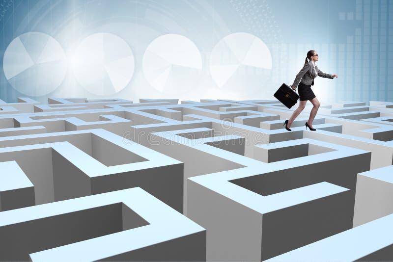设法的女实业家从迷宫逃脱 免版税库存图片
