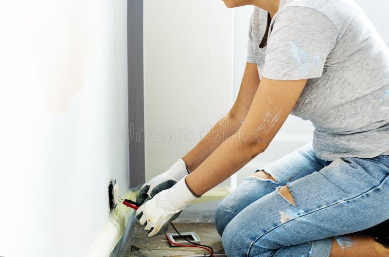 设法的妇女修理插座点 免版税图库摄影