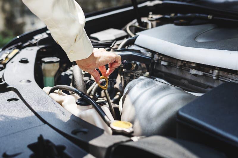 设法的少妇修理汽车 库存图片