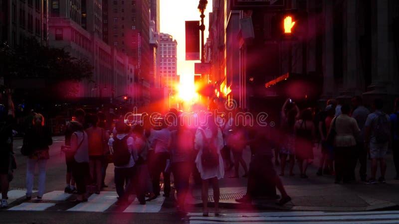 设法的纽约人夺取在照相机的Manhattanhenge 免版税库存图片