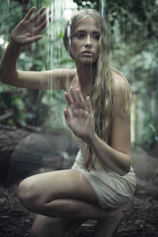 设法肉欲的女孩从巨大的泡影逃脱 库存照片