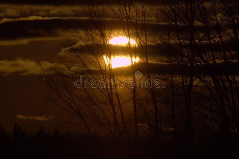 设置与云彩的秋天太阳 免版税库存照片