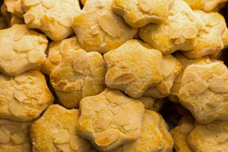 设置与切片的杏仁饼坚果被烘烤对金黄早餐芳香卡路里盘背景cul的颜色开胃点心 免版税库存照片