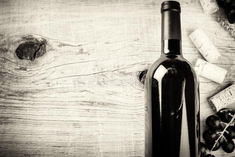 设置与瓶红葡萄酒、葡萄和黄柏 浓缩的酒类一览表 免版税库存照片