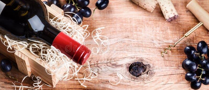设置与瓶红葡萄酒、葡萄和黄柏 免版税图库摄影