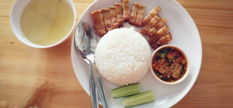 设置中国风格酥脆猪肉米油脂用米服务用汤、小菜和调味汁 免版税库存照片