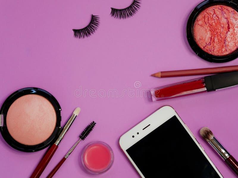 设置为专业构成,不同的刷子应用的粉末和眼影膏 化妆用品和基础 免版税库存照片