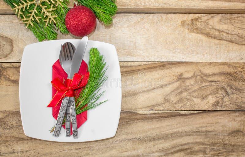 设置为圣诞节桌、蜜桔、装饰、冷杉和一块板材有礼物和利器的 欢乐的背景 使用大方的本体sp 免版税库存图片