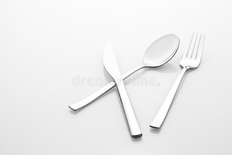 设置利器在白色背景和刀子不锈钢隔绝的匙子叉子 免版税图库摄影