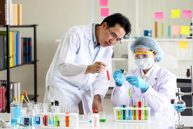 设置化工管发展和药房在实验室、生化和研究技术概念 免版税库存图片