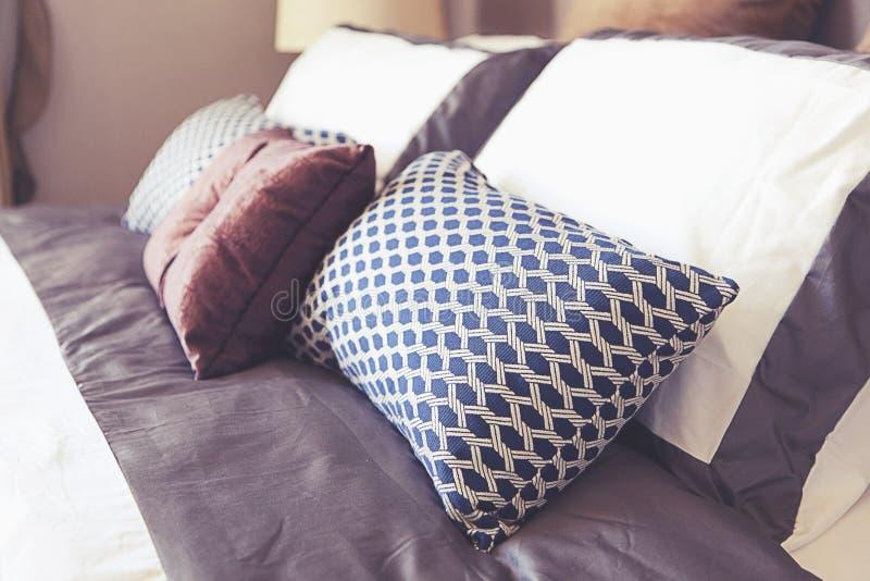 设置卧室的枕头 免版税库存图片