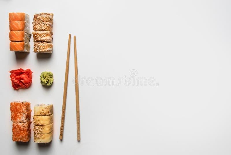 设置可口寿司用姜和山葵在白色背景,空间文本的 免版税库存图片