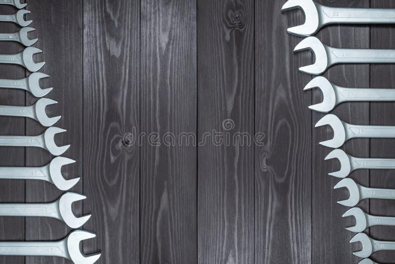 设置在一个黑暗的木工作凳的被镀铬的板钳 顶视图,拷贝空间 免版税库存照片