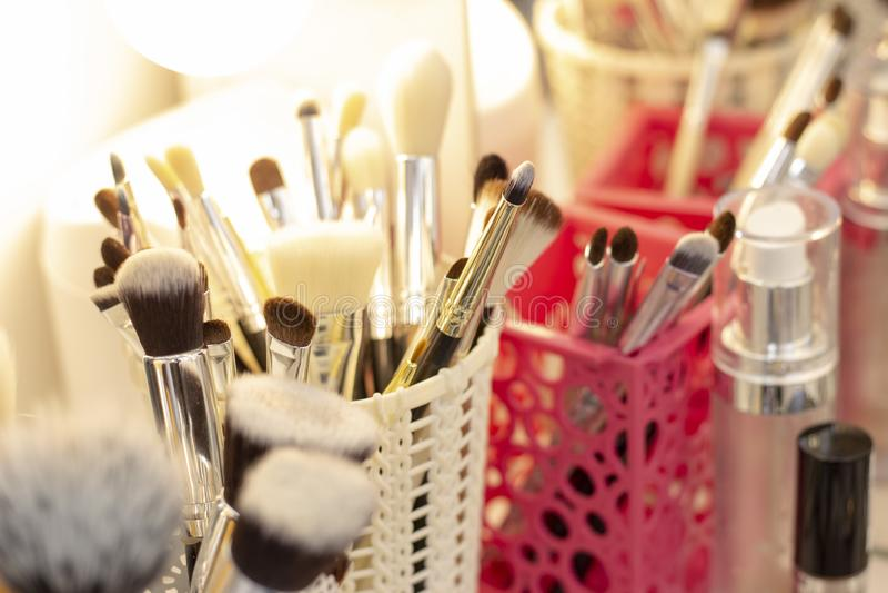 设置在一块玻璃的刷子申请的构成 工具和装置化妆师 库存图片