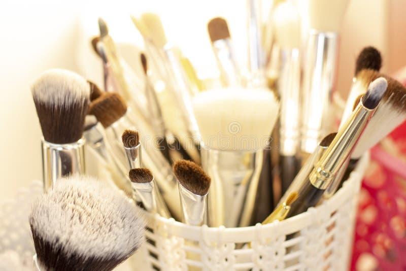 设置在一块玻璃的刷子申请的构成 工具和装置化妆师 免版税库存图片