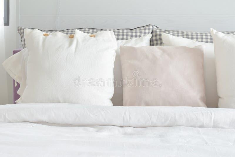设置在与英国乡村模式的卧具的床上的白色枕头 免版税库存照片