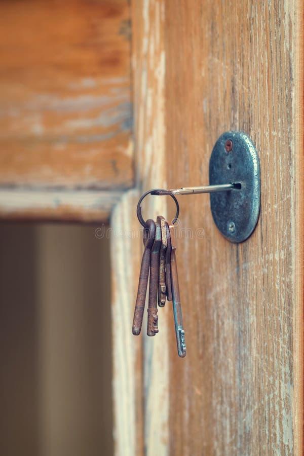 设置在匙孔的老难看的东西钥匙 库存照片