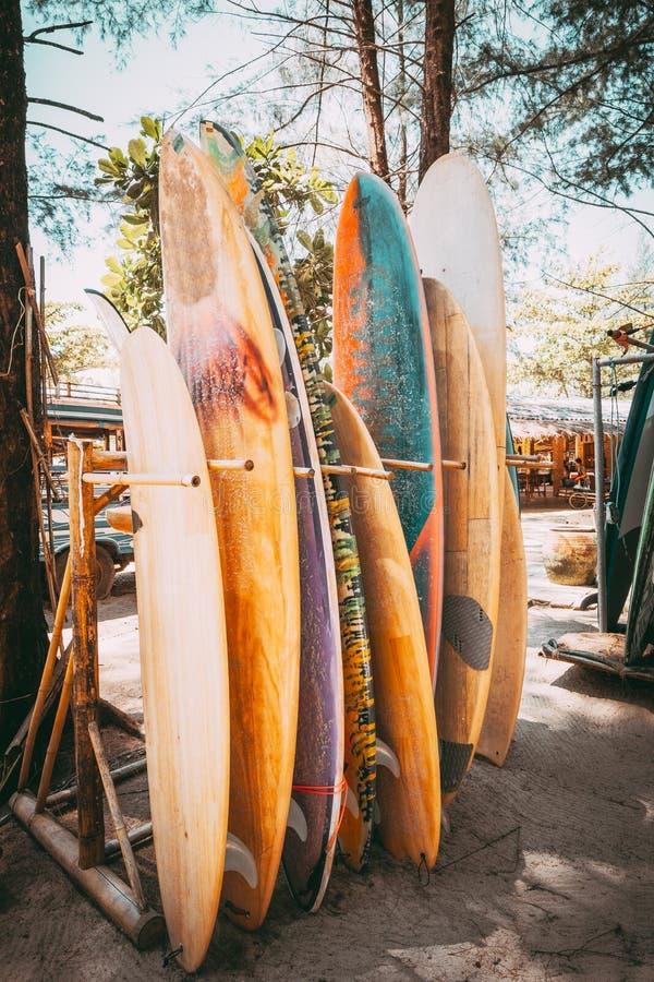 设置在堆的不同的五颜六色的水橇板 免版税库存照片