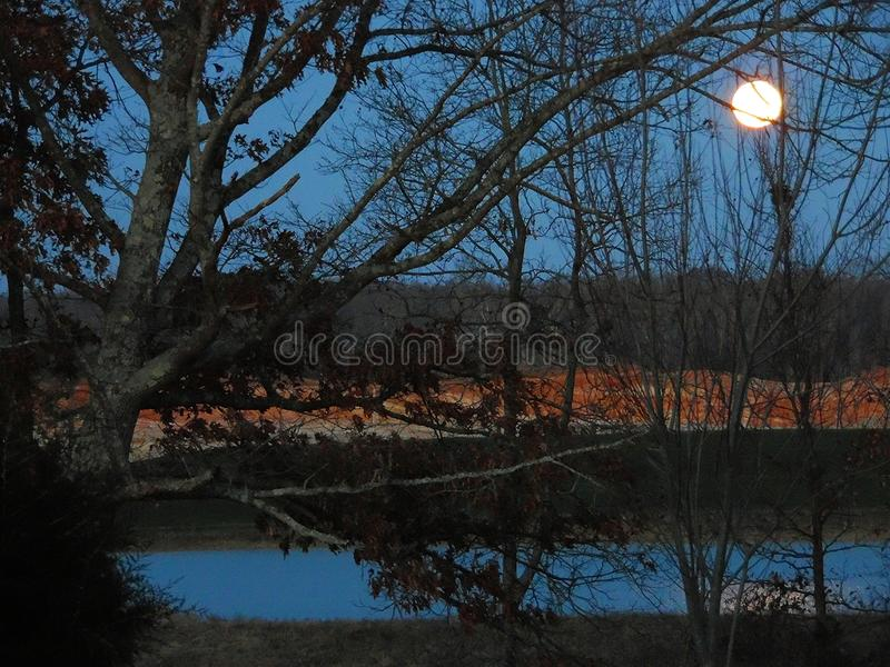 设置在湖的满月 免版税库存照片