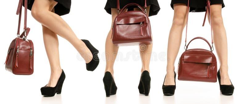 设置妇女腿脚黑礼鞋红色钱包袋子 图库摄影