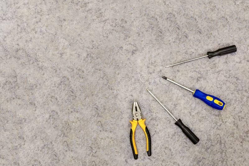 设置工具执行修理说谎在地板上 大模型照片背景工业背景 免版税库存图片