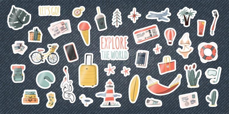 设置旅行贴纸或别针在牛仔布背景 在牛仔裤的动画片手拉的滑稽的补丁 徽章的汇集 向量例证