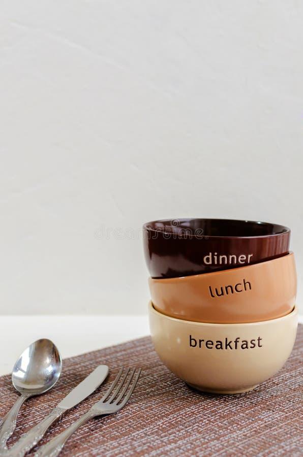 设置有叉子、匙子和刀子的碗 免版税库存图片