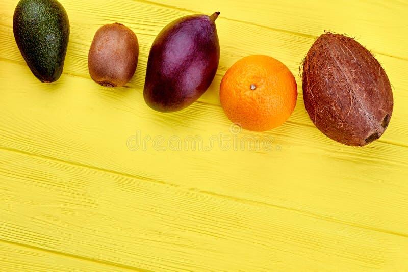 设置木表面上的新鲜的热带水果 图库摄影