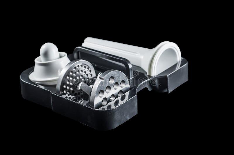 设置栅格和刀子一台电绞肉机的在黑背景,孤立 图库摄影