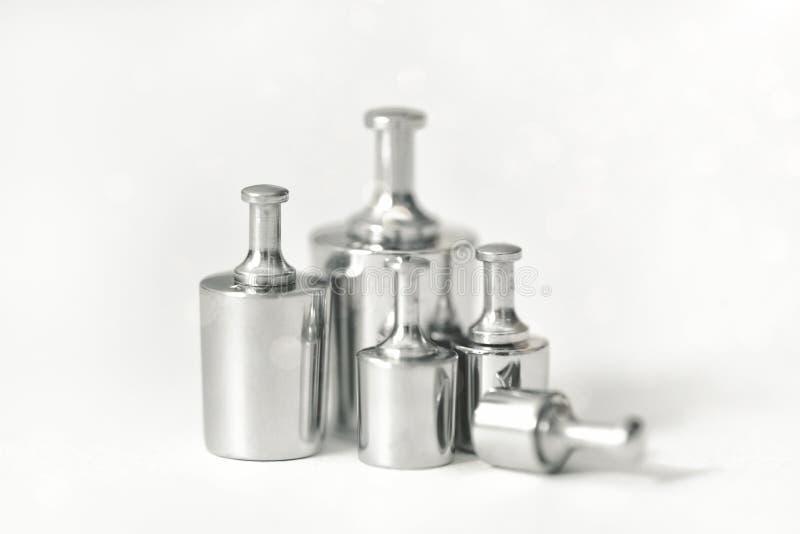 设置标度的金属重量在白色背景 对定标平衡的校正试验重量集合对准确性和 库存图片
