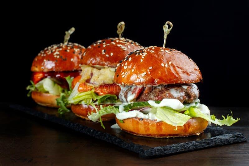 设置汉堡用牛肉 在黑背景2 免版税库存照片