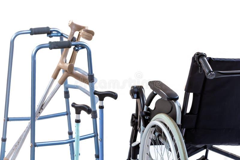 设置流动性援助包括轮椅、步行者、拐杖、方形字体藤茎和拐杖 免版税库存照片