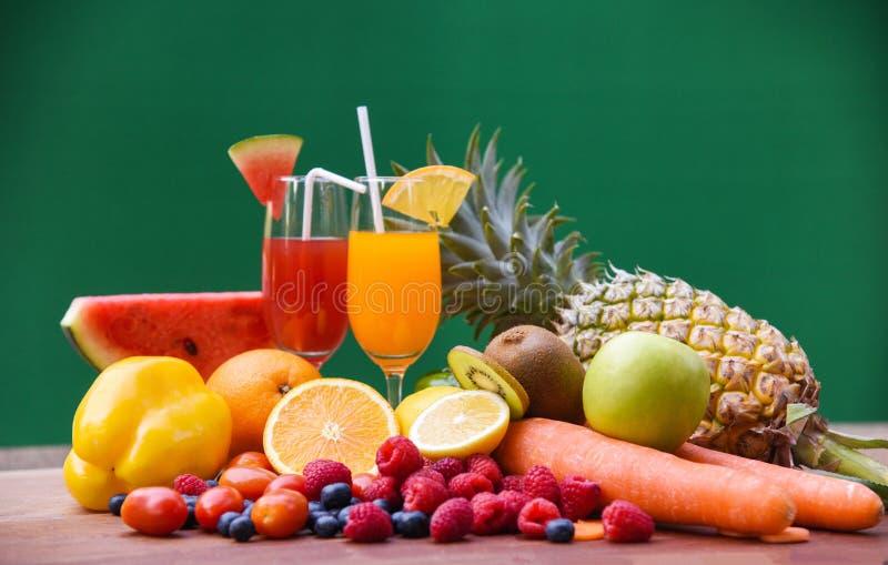 设置热带水果五颜六色和新鲜的夏天汁液玻璃健康食物 库存图片