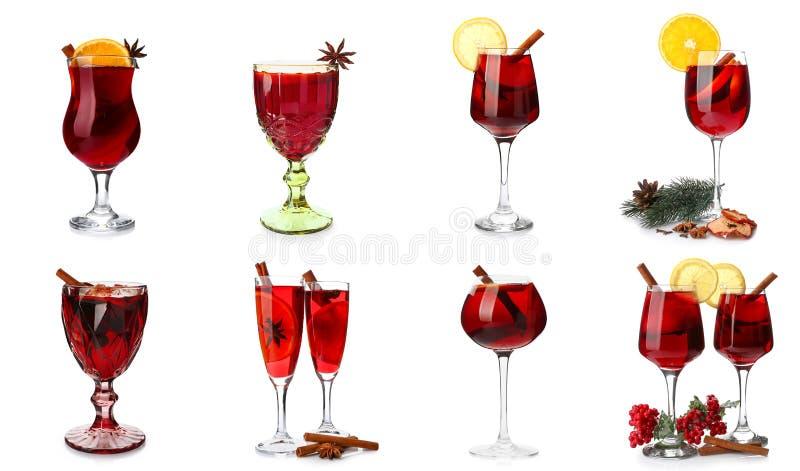 设置玻璃用在白色背景的鲜美加香料的热葡萄酒 皇族释放例证