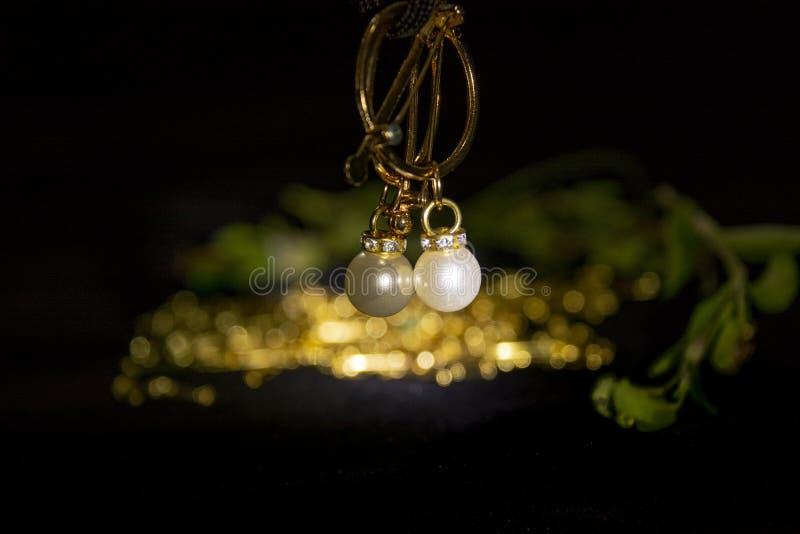 设置珍珠耳环 背景,逗人喜爱 图库摄影
