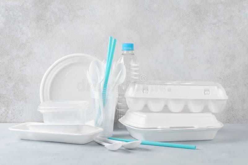 设置白色塑料一次性碗筷和包装 库存图片