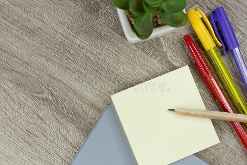 设置的办公用品与木纹理背景一起使用 免版税库存照片