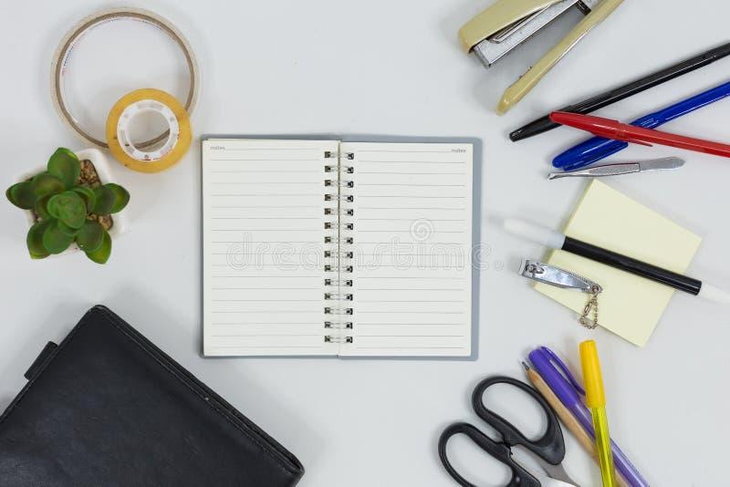 设置的办公用品与白色背景一起使用 库存图片