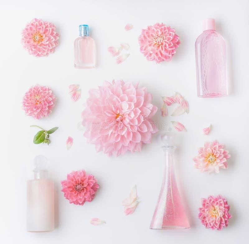 设置粉红彩笔自然化妆的产品,与俏丽的花的平的位置,顶视图 秀丽、花卉香水和护肤 免版税图库摄影