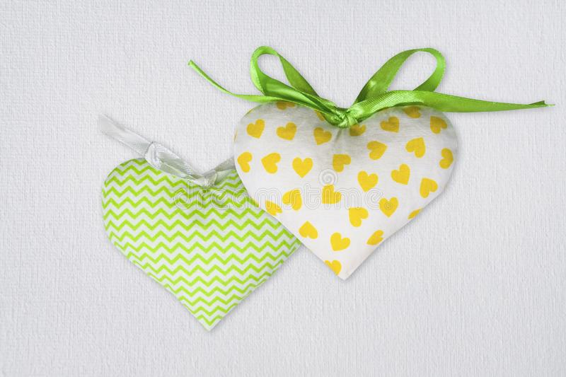 设置织物在白色帆布背景的玩具心脏 St情人节明信片模板 库存照片